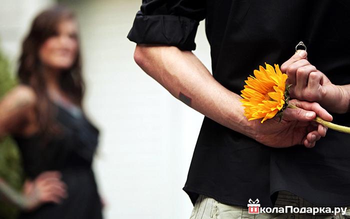Фото руки парня с цветами