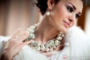 женщина-жемчужное-ожерелье-подарок