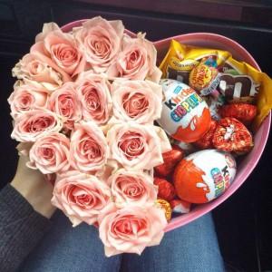 Букет в коробке со сладостями